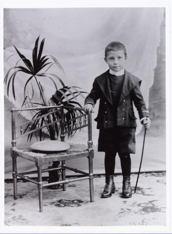 007675 - Portret. Henricus van Puijenbroek, geboren te Tilburg op 21 november 1896. Op 19 maart 1915 trad hij in bij de congregatie van de broeders van liefde. Zijn kloosternaam was broeder Emilianus. Hij was werkzaam in de zwakzinnigenzorg. Hij overleed op 26 april 1971 Eindhoven.