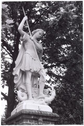 016002 - Beeld van de aartsengel Michael, behordende tot de beeldengalerij van het kerkhof aan de Bredaseweg. Oorspronkelijk had  Michael vleugels, maar na restauratie zijn deze verdwenen