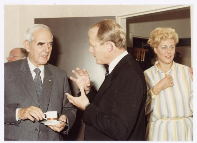 039109 - Volt, Jubileum. Het 75-jarig bestaan van Volt in 1984. V.l.n.r.: Ir. Frits Philips, Ir. Jan Iding directeur van Volt, en Mej. Jeanette Storimans, secretaresse van Iding.