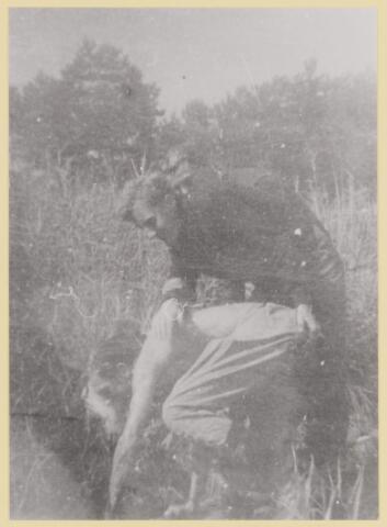 077451 - Tweede wereldoorlog 1940-1945 Oisterwijk. Illegaal werker (in scene gezet)