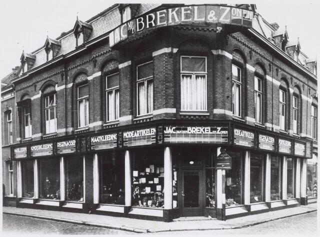 021553 - Kledingzaak van Jac van de Brekel omstreeks 1929 na een renovatie en uitbreiding