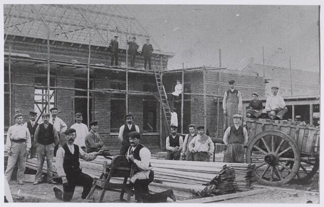 022687 - Bouw van de Mariaschool in de Hoogvensestraat omstreeks 1912. Op de foto poseert het personeel van aannemer firma Jan van Riel