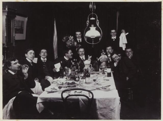 068540 - Diner van eerstejaars studenten  te Amsterdam op 7 november 1902. Een van hen is Jan van de Mortel