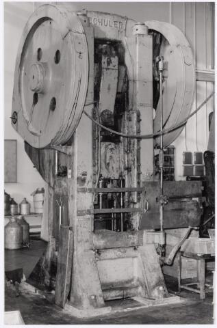 """039037 - Volt. Zuid. Productie, fabricage van onderdelen in afd. metaalwaren rond 1960. Deze enorme """"Schulerpers"""" werd voornamelijk gebruikt voor het spuitgieten (extruderen) van aluminium producten zoals behuizingen van spoelen, condensatoren, microfoons en dergelijke."""