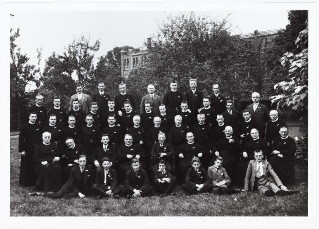 009492 - Kloosters. R. K Jongensweeshuis-drukkerij van de fraters van Tilburg. Personeel van de drukkerij ter gelegenheid van het gouden dienstjubileum van C. D. (Kees) Kolen