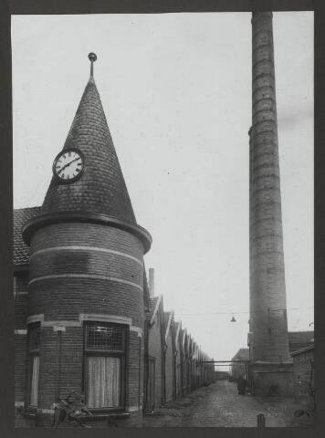 071837 - De fabrieksweg op het complex van stoomververij en chemische wasserij De Regenboog aan de Bredaseweg. Links het kantoorgebouw met aangrenzend de fabriekshallen. De foto is afkomstig uit een album dat werd gemaakt ter gelegenheid van het 40-jarig jubileum van textielfabriek De Regenboog op 2 december 1930.