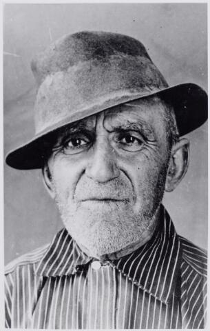 046042 - Pieter de Koning, alias 'Pietje de völlik', was ongehuwd arbeider. Hij werd geboren te Zevenbergen op 30 april 1874 en kwam op 26 mei 1927 naar Goirle. Hij was daar in de kost bij de familie C. van Beek (Nieuwkerk/Poppelseweg) en later bij de familie Van Beurden-v.d. Biggelaar aan de Abcovenseweg. Hij werkte op de vuilnisbelt van de gemeente Goirle.