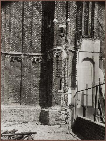057008 - St. Jansplein. Fragment toren kerk St. Jan Onthoofding, tijdens de bouw van de nieuwe kerk, waarbij de oude toren bleef bestaan.