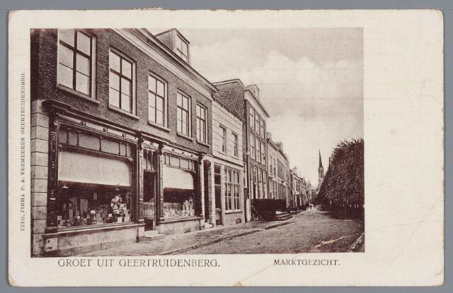 """058246 - De Brandestraat in 1900. Links de winkel en drukkerij van Tona Vermeeren, daarnaast de slagerswinkel van Akkermans. In het huis met de hoge stoep woonde Dubois, een hereboer. in goed Bergs werd hij """"De Boos""""  genoemd"""