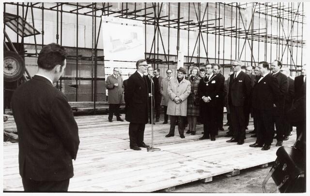 032640 - Vlag in top nieuwbouw aan het Stadhuisplein; op 14 november 1969 werd, bij het bereiken van het hoogste punt van het nieuwe gemeentehuis, door de architect de heer Knol een toespraak gehouden; vervolgens nam burgemeester Becht het woord en hees daarna de vlag;