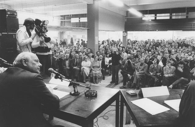 064485 - Vakbond. Bijeenkomst van vakbondsleden in de leegstaande gebouwen van de Volt in Tilburg Zuid. Spreker is Drs. J.M. (Joop) den Uyl, voorman van de Partij van de Arbeid. Op dat ogenblik minister van Sociale Zaken. De vergadering werd gehouden in de gebouwen B en C op de begane grond aan de Voltstraatzijde.