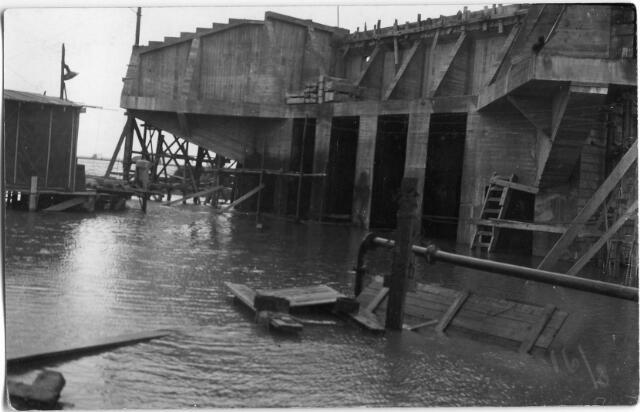 604825 - Aanleg van de brug bij Keizersveer; Anno 2012 is de rijksoverheid nog altijd druk met het wegennet. Een van de grondplannen voor het Nederlandse wegennet was het Rijkswegennet uit 1927. Voor Geertruidenberg / Raamsdonk had de uitvoering tot gevolg dat de pont met de naam Keizersveer in de jaren 1930 en 1931 werd vervangen door een brug.De aanleg van de brug, die het land van Heusden en Altena verbindt met het Brabantse vasteland, was een kranig karwei zoals de kranten in die dagen schreven.