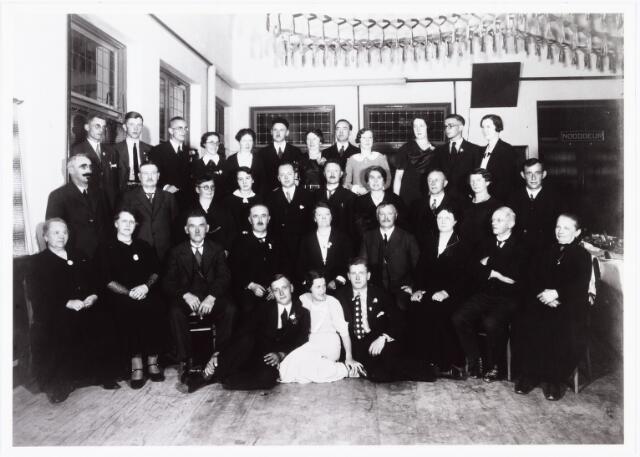 007086 - Zilveren bruiloft van mechaniciën Antonius Aloysius Hovers (1871-1960) en Johanna Francisca van de Plas (1875-1942) Op de eerste rij van links naar rechts: N.N. Toos en Frans de Brouwer. Op de tweede rij van links naar rechts: A. Hovers- Heerkens en haar man Frans Hovers, Elisabeth de Brouwer- Hovers (1881-1965), Sjef Hovers (weduwnaar), Maria Anna Staps (1868-1938), Antoon Hovers (1871-1960), zijn vrouw Anna van de Plas (1875-1942). Sjef van de Plas, Tonia Berkelmans- van de Plas, Jan van de Plas en N.N. van de Plas. Derde rij van links naar rechts: Frans Hovers, Bernard de Brouwer, mevrouw van de Plas- Beekmans, Otto Lott, Harry van de Plas, mevrouw van de Plas- Brenders, Willem Berkelmans, Truus en Gerard Hovers. De laatste rij van links naar rechts: N.N. van de Plas, N.N. van de Plas, Jo van Stibbe, Riet de Brouwer, Rika en Antoon Hovers, N.N. de Beer, A. de Beer, Lucia van de Plas, Fien, Toon en Regien de brouwer.