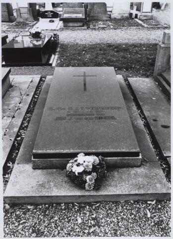 023079 - Graf van C. M. J. Verschuuren (1891 - 1957) en J. J. van den Brekel (1883 - 1968) op het kerkhof aan de St. Josephstraat