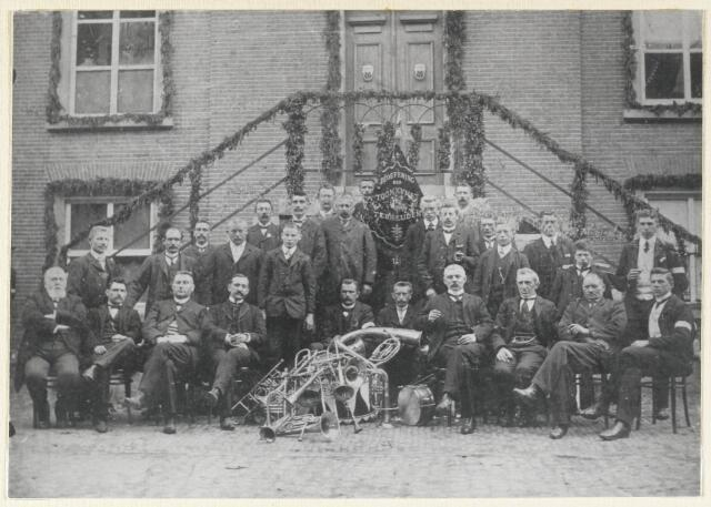 """89109 - Harmonie """"Beoefening der Toonkunst Terheijden"""" voor het oude gemeentehuis b.g.v. het 350 jaar bestaan van het St. Antoniusgilde."""