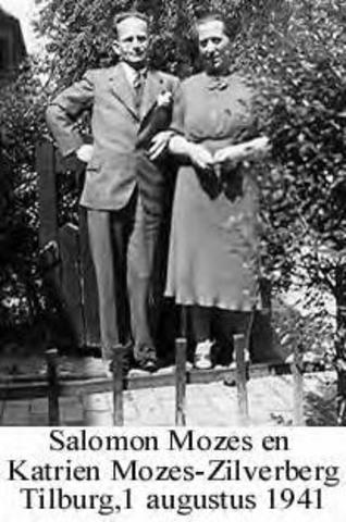 604443 - Tweede Wereldoorlog. Oorlogsslachtoffers. Salomon Mozes; werd geboren op 25 november 1899 in Amsterdam en overleed op 16 juli 1943 in het vernietigingskamp Sobibor (Polen).  Op 30 maart 1943 werd het bericht gepubliceerd dat de Joden uit acht provincies (inclusief Brabant) uiterlijk 10 april ontruimd moesten hebben.  Nadat zij hun reisvergunning hadden afgehaald op het politiebureau en hun huissleutel hadden ingeleverd, vertrokken op 9 april 1943, 37 joden met autobussen uit Tilburg naar Vught (de gezonden) en naar Westerbork (de zieken) Daarvan kwamen er 30 om het leven o.a. Salomon Mozes.