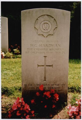 045752 - Tweede Wereldoorlog. Graf C.2.3 op de  begraafplaats parochie St. Jan. Hier rust Henry G. Hardman, Private, 23 jaar oud, gesneuveld op 1 december 1944, 2. Bataljon The Cheshire Regiment.