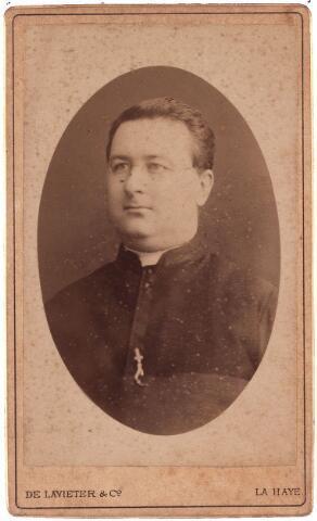 003447 - Wilhelmus Laurentius van Asten,geboren te Tilburg 18 Juni 1831 en overleden te Helmond op 2 Juni 1897. 8  July 1855 ontving hij de H Priesterwijding.Hij was Kapelaan te Neerbosch en te s-Hertogenbosch (St Pieter) .Op 12 Mei 1877 werd hij benoemd tot Pastoor te Helmond.