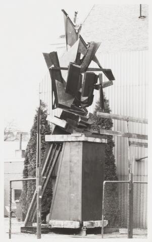068128 - HEMELVAAN. Constructie van plaatijzer, hout, hardsteen en brons van Har VOOGT (Steenbergen 1949). Lokatie: nabij schoorsteen BEKA, Sint Josephstraat 136. Gerealiseerd: ca. 1982  Trefwoorden: kunst, openbare ruimte.