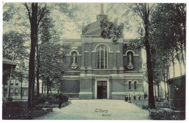 001504 - Korvel, later Korvelplein, in zuidelijke richting. In de nissen en op het dak de beelden van de patroonheiligen Johannes de Doper, Dionsyius en Henricus. Links van de waterstaatskerk de muziekkiosk, rechts het wachthuisje van de politie. Het eerste orgel in de kerk, gepaatst in 1856, was afkomstig uit de kapel van het seminarie te Culemborg. In 1880 is een orgel geplaatst door de firma Anneensens-Meuniere. Dit orgel is vernieuwd door de firma Gebr. Smits uit Reek ter gelegenheid van het zilveren priesterfeest van pastoor Van Besouwen in 1908. De eerste organist in deze kerk was Jos van Hooff. De eerste koster was Franciscus Adrianus Janssen, geboren te Tilburg op 10 maart 1829. Hij trad reeds na enkele jaren, op 3 juni 1853, in bij de fraters van Tilburg en overleed te Grave in 1885. Het blindeninstituut van de fraters te Grave is opgericht 'door zijn ijver'. Janssen was ook een vertrouweling van mgr. Zwijsen en maakte met hem twee reizen naar Rome.