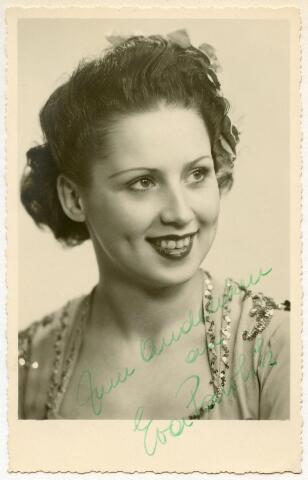 601947 - De Oostenrijkse kunstschaatser Eva Pawlik (1927-1983) werd in 1949 in Tilburg gefotografeerd door Leo van Beurden. In datzelfde jaar haalde zij een gouden plak bij de Europese kampioenschappen kunstschaatsen. De foto werd in Tilburg gesigneerd door Eva en schonk deze aan de fotograaf.