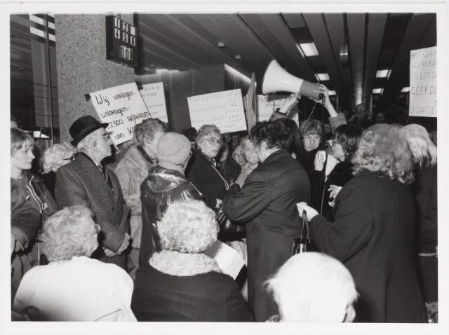 042504 - Protest. Betoging van bejaarden tegen de gemeentelijke bezuinigingen van het buurt- en clubhuiswerk. Midden wethouder Miet van Puijenbroek