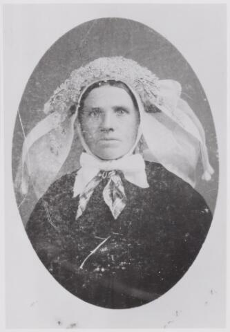 046037 - Wilhelmina de Volder, geboren te Goirle op 4 april 1842, is aldaar overleden op 16 februari 1926 als weduwe van wever Adrianus van Iersel. Haar ouders waren Peter de Volder en Cornelia van Boxtel. Zij draagt een muts met de kleine poffer, die toen algemeen gedragen werd. Deze kleine poffer bestond alleen uit kunstbloemen. De linten vielen niet op de rugzijde, maar zijwaarts over de muts. Om haar hals draagt zij een zijden halsdoek, de cache-nez, in het Goirlese dialect uitgesproken als het 'cazineke'.
