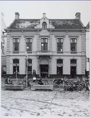 021183 - De kunsthandels van Addy Goosen (links) en Marian Coenen (rechts) begin 1976
