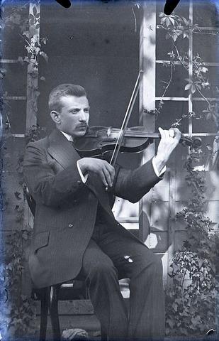 651558 - Man in de tuin spelend op een viool. De Bont. 1914-1945.