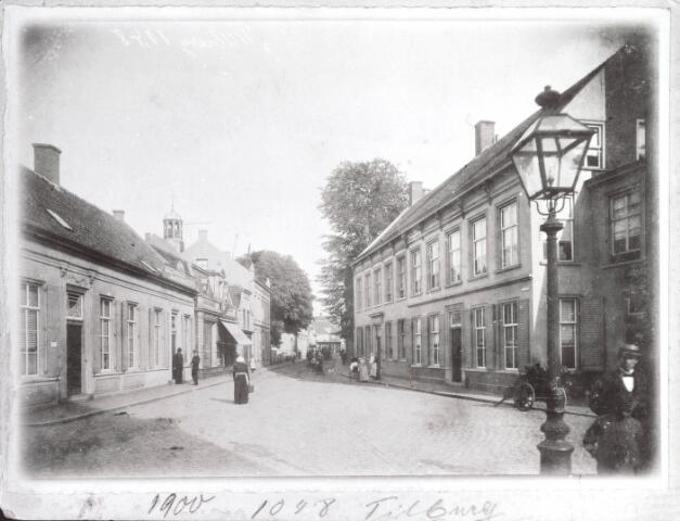 021901 - Zomerstraat en Stationstraat in 1900. Links is nog juist het torentje van de hervormde kerk te zien