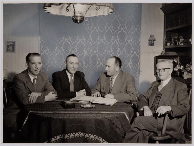 041280 - Jubileum. Viering van het 75-jarig bestaan van de R.K. Schilderspatroonvereniging Kunst en Vooruitgang in de Looiersbeurs aan de Heuvel op 10 oktober 1955. Foto: comité viering rechts Jan Ghering daarnaast Wim Simons.