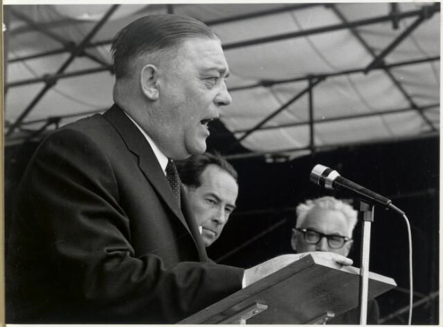 91664 - Made en Drimmelen. Officiële opening van Jachthaven De Biesbosch. Burgemeester Cees (C.W.) Smits - KVP-er (1965 - 1975) - met ambtsketen - houdt een toespraak.