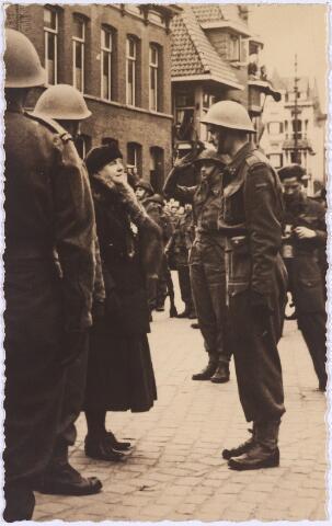 012752 - Tweede Wereldoorlog. Koninklijk bezoek. Koningin Wilhelmina in gesprek met een lid van de Stootroepen tijdens haar bezoek aan bevrijd Tilburg op 18 maart 1945