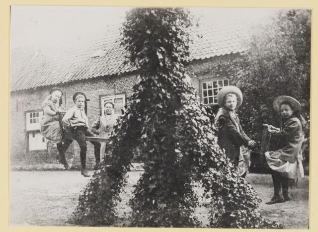 077266 - Spelende kinderen op een wip achter een boerderij (vermoedelijk). .