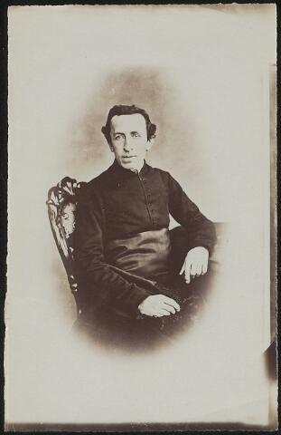 603953 - Albuminedruk van Antonius Joannes Franciscus Mutsaers, geboren op 1 juli 1831 te Tilburg als zoon van Bernardus Jacobus (Barend) Mutsaers. In 1855 werd hij tot priester gewijd in Haaren, twee jaar later benoemd tot kapelaan in Stratum. Vanaf 1861 was hij professor van de tweede afdeling van Seminarie. Op 24 maart 1878 werd Antonius benoemd tot Kanunnik van het katholiek Kapittel van ´s-Hertogenbosch, in opvolgende jaren tot president van het Seminarie, Geheijm Kamerheer van Paus Leo XIII en lid van de commissie van beheer van het instituut. voor doofstommen. Op 29 augustus 1894 werd hij verheven tit Tidder in de orde van Oranje-Nassau. Uiteindelijk overleed Antonius J.F. Mutsaers op 1 december 1904 te Haaren.