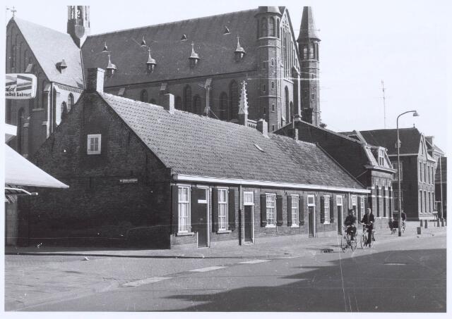 020439 - Wevershuisjes op de hoek Hasseltstraat - Van Hogendorpstraat (links). De panden werden in 1986 gerestaureerd. Daarnaast de kerk van Onze Lieve Vrouw van de H. Rozenkrans