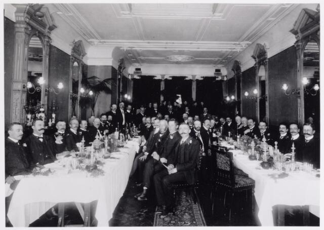 042204 - Waterleiding. Directie, aandeelhouders en genodigden van de Tilburgse Waterleidingsmaatschappij tijdens een diner in 1897