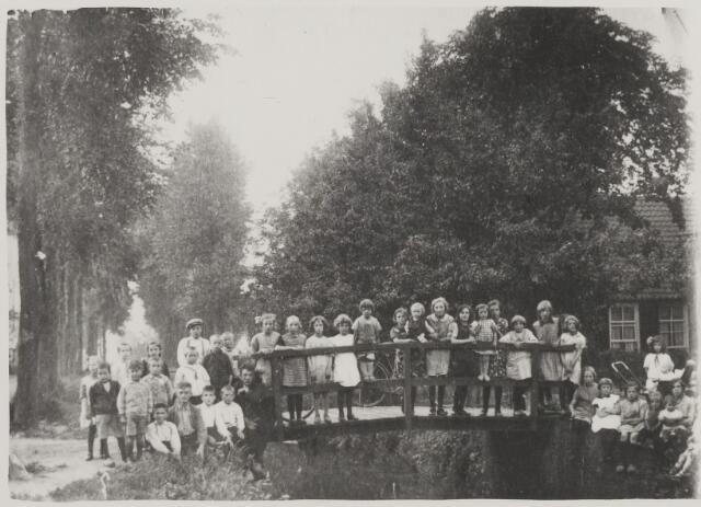 059014 - Groepsfoto kinderen van de vaart.