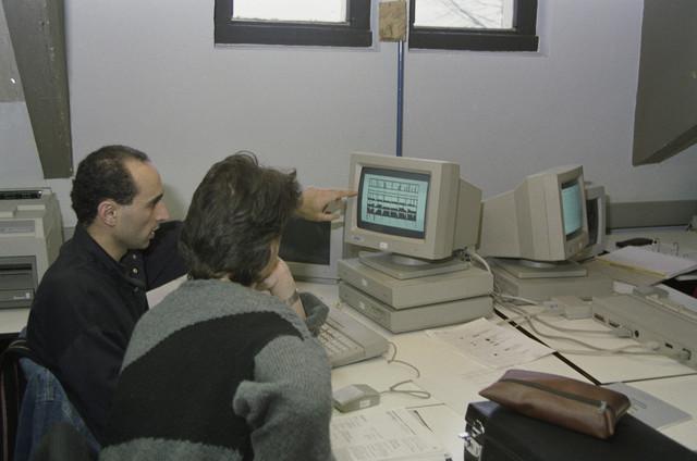 TLB023000027_002 - Kunstonderwijs. Les in CAD op een van de eerste Atari PC's.