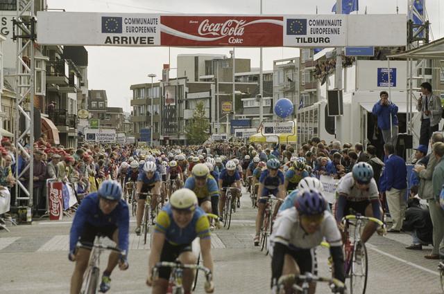 """TLB023000295_001 - De UCI organiseert van 1984 tot en met 1989 de """"Tour de France Feminin"""". Van 1990 tot en met 1993 gaat de wedstrijd verder onder de naam """"Tour de la CEE Feminin"""". Vanaf 1992 vindt tegelijk de """"Tour Cycliste Feminin"""" plaats. Deelneemsters bij de finish van de wedstrijd. Op de eerste rij rechts, Leontien van Moorsel, die tweede werd in 1993."""