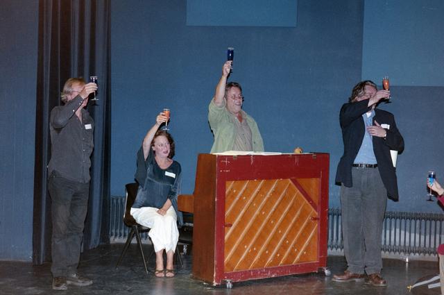1237_001_024_025 - Cultuur. Een presentatie in de Tilburgse Revue op 15 september 2004. Samen toosten op het nieuwe programma.