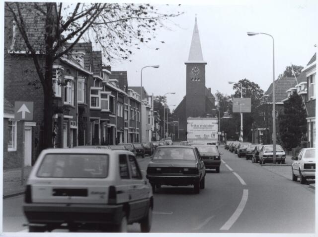 026808 - Bosscheweg in de richting van de Ringbaan-Oost. Op de achtergrond de Sacramentskerk, toen ( in 1992) nog met torenspits