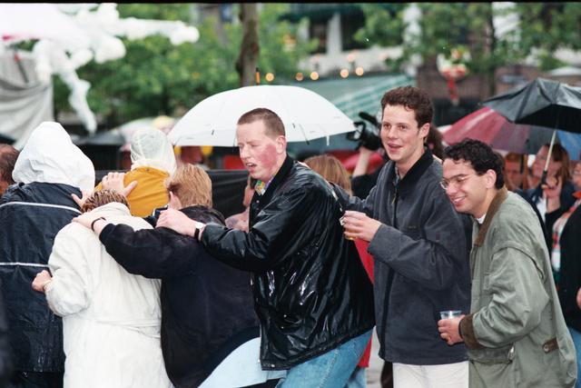 1237_010_768_021 - Festival levenslied 1998 .Polonaise in de regen