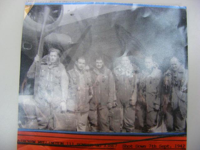 """604461 - Tweede Wereldoorlog. Oorlogsslachtoffers. Bemanning Wellington 111 Bomber no X3867  poseren voor hun vliegtuig. """"Aircrew Wellington 111 Bomber no X3867""""  Neergeschoten 7 september 1942.  Namen van de mannen: Groves, Wilson, Parkes, Rose, Gilbertson, Crawford (zie fotonr 604460)"""
