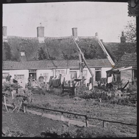024933 - Achterzijde van woningen aan de Eerste Veedwarsstraat omstreeks 1913. Later ongeveer: Kwetteriestraat, thans Jan Evertsenstraat.