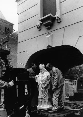 1238_F0311 - Restauratie van de Norbertijnerpoort.  Terugplaatsing van het beeld van Sint Dionysius.