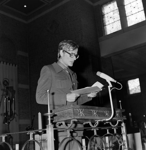 1237_006_246-2_004 - Kerk. Religie. Heilige mis.   De moderne wijding van Pater J. Wijnen door bisschop Bluyssen in juni 1973.
