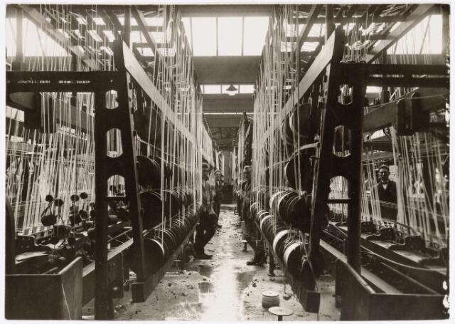 037910 - Textiel. Interieur van band- en veterfabriek A. J. van Luijk & Zoon aan de Schoolstraat omstreeks 1922. Het bedrijf werd opgericht op 1 januari 1920