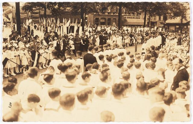 009115 - H. Harthulde op de Heuvel voor de Tweede Wereldoorlog. ( afzetting met vlaggestokken door jongens St. Denis Handelsschool)