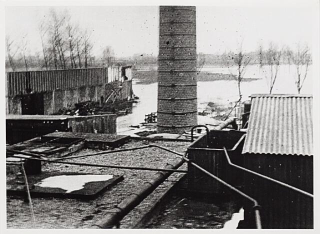 012439 - WOII; WO2; Tweede Wereldoorlog. Vernielingen. Complex van Verschuuren - Piron aan de Koningshoeven dat in oktober 1944 midden in de frontlinie lag. Geallieerde bombardementen sloegen grote gaten in dit zich fel verdedigende Duitse bastion